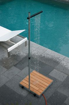 Modern Minimalist Stripping the outdoor shower down to the very basics while keeping an eye on design is what makes this Cascade shower the prefect poolside companion. Made from galvanized tubing with a wooden plank base, simply connect a garden hose Outdoor Pool Shower, Outdoor Baths, Outdoor Bathrooms, Outside Showers, Luxury Swimming Pools, Garden Shower, Outdoor Living, Outdoor Decor, Pool Designs