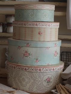 Paper Covered Hat Boxes - via When Decorating: Inspiring Objects. Vintage Shabby Chic, Shabby Chic Style, Shabby Chic Decor, Vintage Hat Boxes, Old Boxes, Pretty Box, Home And Deco, Covered Boxes, Wabi Sabi