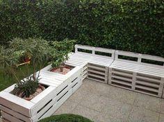 Paletten + weiße Farbe = Pflanzkübel und Sitzbänke