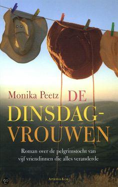 (49/53) De dinsdagvrouwen - Monika Peetz   De dinsdagvrouwen is een humoristische en inspirerende roman over de reis van vijf vrouwen die met een gezamenlijk doel op pad gaan, maar al snel ieder hun eigen uitdagingen moeten aangaan. Al vijftien jaar kennen ze elkaar van de cursus Frans. Elke eerste dinsdag van de maand gaan ze eten bij hun favoriete Franse restaurant en een keer per jaar gaan ze samen een weekendje weg. Maar dit jaar is alles anders: Judith, die net weduwe is geworden, wil…
