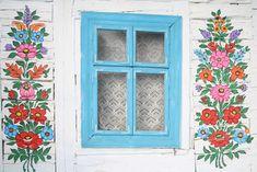 Zalipie, uma aldeia isolada na Polônia, é conhecida pelas casas decoradas com desenhos florais pintados à mão. Coloque no roteiro esse lugar para visitar!