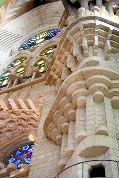 Sagrada Familia di Anton Gaudi Architecture 101, Barcelona Architecture, Historical Architecture, Beautiful Architecture, Barcelona Sights, Gaudi Barcelona, Gothic Quarter Barcelona, Antonio Gaudi, Heavenly Places