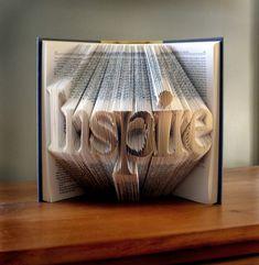 """Luciana Frigerio réalise ses œuvres """"origamiques"""" en partant de livres dont elle plie les pages pour créer différents designs et compositions. Fabriqué à partir de livres recyclés, chaque produit peut également être fabriqué selon vos souhaits, livres que vous pouvez trouver en vente ICI - livres origamiques"""