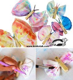 Papillons avec mouchoirs papier (dessins aux feutres et ensuite mouillés avec un pineau) et pinces à linge