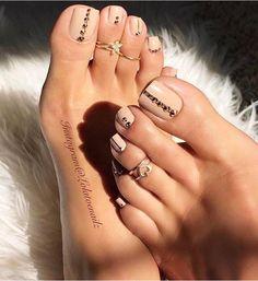 Nude toe nails
