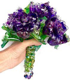 Ramo de boda morado, broche Enjoyado, ramo de flores con cuentas alternativas, OOAK reciclado botellas de plástico, arte reciclado