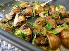 Een simpel, maar heerlijk bijgerechtje van kastanjechampignons uit de oven. Met knoflook, kappertjes en peterselie. | http://degezondekok.nl