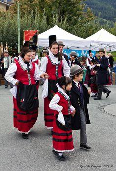 Festa delle Mele e balli tipici valdostani - Frazione Taxel, Gressan AO - Valle D'Aosta - Italia   #TuscanyAgriturismoGiratola