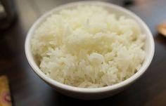 Zo maak je rijst alsof het uit een restaurant komt! Rijst koken lijkt een heel simpel klusje: water koken, rijst erin en weer laten koken. Toch resulteert het maken van het ogenschijnlijk makkelijke product vaak in een te droge, harde, blubberige of doorkookte korrel. Hoe kan het toch dat rijst in een restaurant...