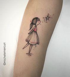 Tatuagem feita por Michele Mercuri  da Itália.    Menina de vestido beijando estrela.