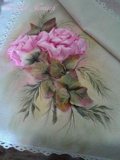 Rosas bordadas en cinta: hojitas en tela de raso. Pintadas con pintura para tela y seda