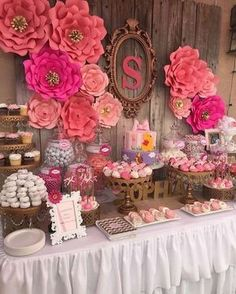Linda Decoração com flores de papel e painel de madeira que vi no ig @queridadata Imagem #pinterest #decorrent #decoracao ...