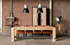 Holz hat viele Gesichter, kann elegant auftreten oder rustikal, modern oder klassisch, hell oder dunkel. Um die Vielseitigkeit des Materials zu feiern, haben wir einige Holzmöbel zusammengestellt, die unterschiedlicher nicht sein könnten.