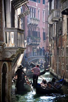calle de alto tráfico en Venecia