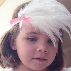 Tocado para bebé para fotos.   Precioso tocado de plumas en color celeste o blanco con un lazo de raso rosa y unos brillantitos. Talla unica desde recién nacido hasta 24 meses. Ideal para sacarle a tu bebé fotos muy especiales. 12,50 €