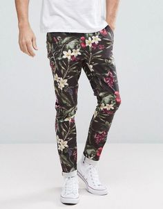 Browse online for the newest ASOS Super Skinny Pants In Bright Floral Leaf Print styles. Shop easier with ASOS' multiple payments and return options (Ts&Cs apply). Blumenhosen Outfit, Floral Pants Outfit, Mens Dress Pants, Men Pants, Latest Mens Fashion, Latest Fashion Clothes, Men Fashion, Fashion Ideas, Asos