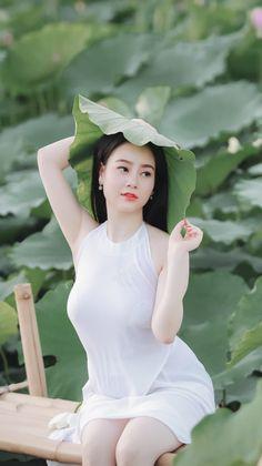 Vietnamese Traditional Dress, Traditional Dresses, Beautiful Asian Women, Girls Image, Female Art, Asian Woman, Asian Beauty, Pink Ladies, White Dress