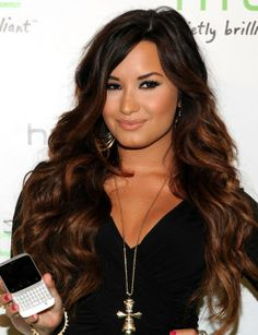 Demi lovato seriously has perfect hair Demi Lovato Hair Extensions, Demi Lovato Hair Color, Demi Hair Color, Celebrity Hairstyles, Messy Hairstyles, Pretty Hairstyles, Dark Ombre Hair, Red Ombre, Blond