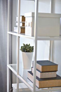Lasinen hylly tuo lisää avaruutta. Ladder Bookcase, Shelving, Home Decor, Shelves, Decoration Home, Room Decor, Shelving Units, Home Interior Design, Shelf