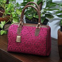 Nathalia Tolentino Crotchet Bags, Knitted Bags, Crochet Handbags, Crochet Purses, Granny Square Bag, Crochet World, Leather Bags Handmade, Louis Vuitton Speedy Bag, Fashion Bags