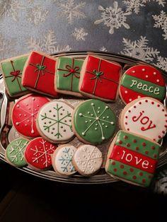 Christmas Cookies Kids, Iced Cookies, Christmas Sweets, Cute Cookies, Christmas Cooking, Royal Icing Cookies, Holiday Cookies, Christmas Candy, Cookies Et Biscuits