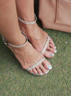 Today's Hot Pick :ミニマル厚底サンダル【iamyuri】 http://fashionstylep.com/SFSELFAA0003853/iamyuriijp/out 合成皮革素材を使ったシンプルな厚底サンダルです。 スリムなストラップ使いが上品で華奢な足元を演出♪ 1センチの前底入りで安定感のある履き心地に☆ フォーマルにもカジュアルにもコーデ可能なミニマルサンダル!!