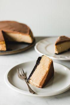the best ever peanut butter cheesecake with a decadent milk chocolate ganache and oreo cookie crust Pavlova, Cheesecake Recipes, Dessert Recipes, Cupcake Cakes, Cupcakes, Bundt Cakes, Chocolate Peanut Butter Cheesecake, Biscoff Cheesecake, Chocolate Ganache
