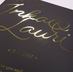Upea hääkutsu, jossa kultainen foliopainatus mustan pohjavärin päälle. Materiaalina Munken Polar 300 grammainen kartonki. #painopirttioy #hääkutsu #weddinginspirations #foilprinting #letterpress #häät #kutsukortti Arabic Calligraphy, Arabic Calligraphy Art