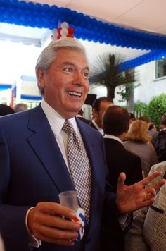 """MÉXICO, D.F. (proceso.com.mx).- Escondido detrás de la empresa """"Hmex Pdte. Ltd."""", cuya sede está ubicada en Singapur, el multimillonario mexicano Carlos Hank Rhon ocultó 158 millones de dólares en ..."""
