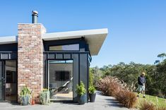A Granny Flat Doesn't Need to Be a Caravan-Sized Blob in the Backyard House Roof, Facade House, House Exteriors, Studios Architecture, Residential Architecture, Modern Architecture, Recycled Brick, Passive Design, Compact House