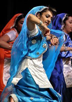 Get it! Punjab Culture, International Dance, India Art, Folk Dance, Patiala Salwar, Tribal Fusion, Punjabi Suits, Dance Costumes, Sri Lanka