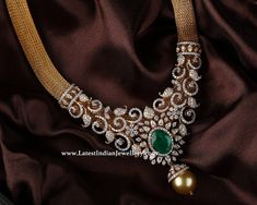 The broad mesh design gold necklace attractive center design delicately crafted elaborate diamond studded beautiful pendant with emerald and pearl drop. Delicate Gold Necklace, Diamond Necklace Set, Circle Necklace, Indian Diamond Necklace, Necklace Designs, Jewellery Designs, Indian Jewellery Design, Vintage Jewellery, Antique Jewelry
