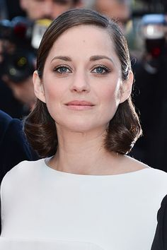 The 10 Prettiest Celeb-Inspired Long Bobs - Marion Cotillard. love this natural makeup! Marion Cotillard Hair, Hair Inspo, Hair Inspiration, Prettiest Celebrities, Langer Bob, Lob Haircut, Hair Looks, Cool Hairstyles, Female Hairstyles