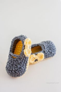 These Piper Jane crochet baby shoes are a great project for beginners, and cute too! | www.1dogwoof.com