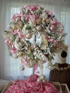 New Shabby Chic Christmas Decorations Pink Wreath 16 Ideas Noel Christmas, Pink Christmas, Christmas Projects, Beautiful Christmas, Christmas Ornaments, Shabby Chic Christmas, Victorian Christmas, Vintage Christmas, Pink Wreath