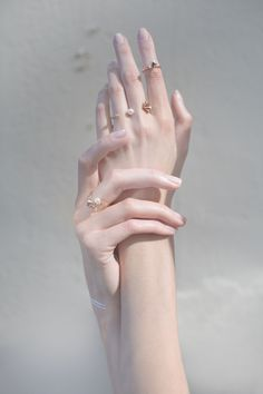 Close-Up Photography of Hand · Free Stock Photo Hand Drawing Reference, Human Reference, Anatomy Reference, Photo Reference, Hand Photography, Jewelry Photography, Pretty Hands, Beautiful Hands, Hand Fotografie