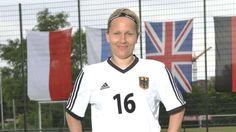 Gehörlosen-EM: Sarah Miller, die Kickerin, die Jubel nicht hören kann. Sarah Miller from Germany plays in European Championship for deaf footballplayer. Her team won from Poland.