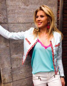 Jacket Ibiza: €74,95 Top Noelle: €19,95 Broek Offwhite: €39,99 Hakken: €29,99 Oorbellen: €19,99  All available at 2Balou
