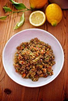 El tabuleh es una deliciosa ensalada típica de Oriente Medio, una original mezcla de verduras picadas con sémola de trigo remojada, una ensalada fresca y muy nutritiva. La receta original se prepara c
