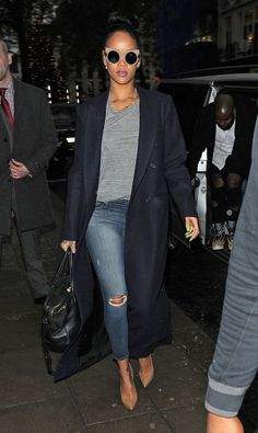 "Rihanna in Skinny Ripped Jeans. This time Rihanna did not shock or anything like it. Her outfit was even kind of ""decent""for her! Denim Fashion, Look Fashion, Winter Fashion, Fashion Outfits, Fashion Killa, Looks Rihanna, Rihanna Street Style, Casual Outfits, Cute Outfits"