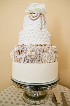 what a lovely wedding cake http://thingsfestive.blogspot.com/2012/09/real-diy-wedding-in-tampa-fl-mandy.html