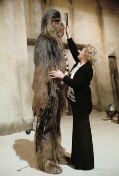 Chewbacca make up - behind the scenes photos of the Star Wars Trilogy. Ver Star Wars, Star Wars I, Images Star Wars, Star Wars Pictures, Bts Pictures, Random Pictures, Salon Pictures, Chewbacca, Ewok
