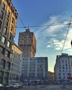 #milano #torrevelasca #centrodimilano #milan #ig_milan #ig_milano #igersmilano #grattacielo #skyscraper #arte #architecture #architettura #milanodavedere #milanomaivista by milano_pictures