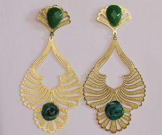 """Brinco maravilhoso!!!!!!! Dourado,delicadíssimo e extremamente leve!!!!!!! Uma jóia!!!!! <br>Banhado a ouro. <br>Detalhes em fios de seda pura, pintados a mão, coloridos e pedra natural """"jade"""" em verde. <br>Peça exclusiva! <br>Poderá ser coordenado com os braceletes que também são trabalhados com a seda."""