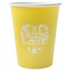 """Vous organisez une soirée 70's, Hippie ?  Optez pour ces gobelets à la couleur jaune et leur mention """"PEACE AND LOVE"""" ! Une ambiance cool et fun sera alors au rendez-vous à votre fête.   Découvrez dans le même esprit les serviettes et ronds de serviette spécial Hippie."""