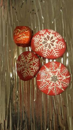 Capture the Christmas spirit with this set of snowflake rocks. These handmade rocks will melt your heart, and are made to last- as they are set with a protective spray. :) Sold as a set, and made with love Pebble Painting, Pebble Art, Stone Painting, Painted Rocks Craft, Hand Painted Rocks, Craft Paint, Rock Painting Ideas Easy, Rock Painting Designs, Rock Design