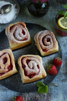 Nagyon szeretjük az ehhez hasonló péksüteményeket. :) Igaz, eddig inkább buktákat sütöttem különböző töltelékekkel, most mégis i...