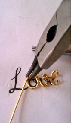 DIY - love script necklace tutorial craft-ideas-i-like Wire Jewelry Making, Make Your Own Jewelry, Wire Wrapped Jewelry, Jewellery Making, Wire Crafts, Jewelry Crafts, Handmade Jewelry, Personalized Jewelry, Custom Jewelry