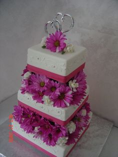 Daisy Cake, with yellow and green though Glamorous Wedding Cakes, Daisy Wedding Cakes, Daisy Cakes, Summer Wedding Cakes, Summer Cakes, Diy Wedding, Wedding Ideas, Beautiful Cakes, Amazing Cakes