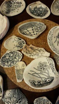 Sue's tangle trips: Tangling on seashells Seashell Painting, Seashell Art, Seashell Crafts, Stone Painting, Diy Painting, Painting On Shells, Pebble Painting, Seashell Decorations, Sea Crafts